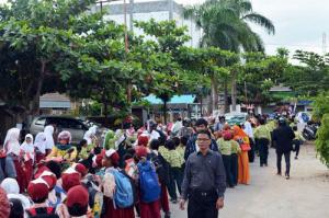 Anak-anak sekolah turut menyambut gembira Bupati dan Wakil Bupati yang baru. (foto:Dishubkominfo)