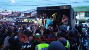 Satu per satu para pemakai, kurir, bandar narkoba dinaikkan ke atas truk menuju Mapolresta Samarinda.(foto: detakkaltim/gladis)