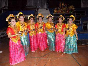 Para penari Paddupa dari gadis-gadis belia dengan balutan pakaian daerah khas Sulawesi Selatan. (foto:LVL)