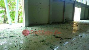 Kaca-Kaca berhamburan di lantai. (foto:MS44)