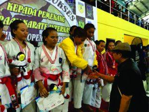 Ketua FORKI Kaltim memberikan ucapan selamat kepada para juara. (foto:FORKI Kaltim)