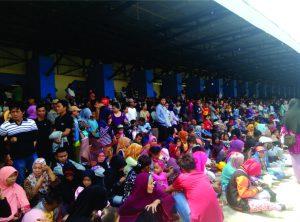Masyarakat antusias menyaksikan pembukaan Erau 2016. (foto:Uli)