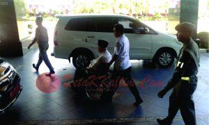 Gubernur Kaltim meninggalkan ruang Ruhuy Rahayu usai membuka Rakor. (foto:LVL)