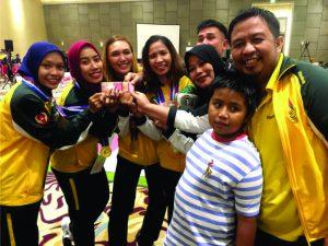 H Muslimin bersama atlet Anggar yang telah berhasil merebu medali Emas