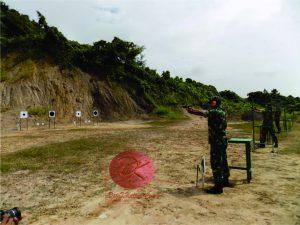 Sejumlah Perwira di lingkungan Korem 091/ASN melakukan latihan menembak. (foto:S2)