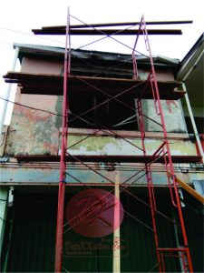 Rumah berlantai dua lokasi korban tersengat arus listrik bertegangan tinggi. Meski selamat, hampir seluruh kulit korban terkelupas. Saat ini korban masih dirawan intensif di RSKD