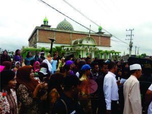 Ratusan warga Kecamatan Bengalon menyambut kedantangan Gubernur Kaltim