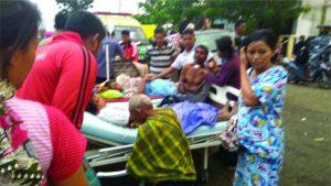 Beberapa warga luka tertimpa bangunan akibat gempa 6,5 SR di Ulee Glee Pidie Jaya Aceh 7/12/2016.